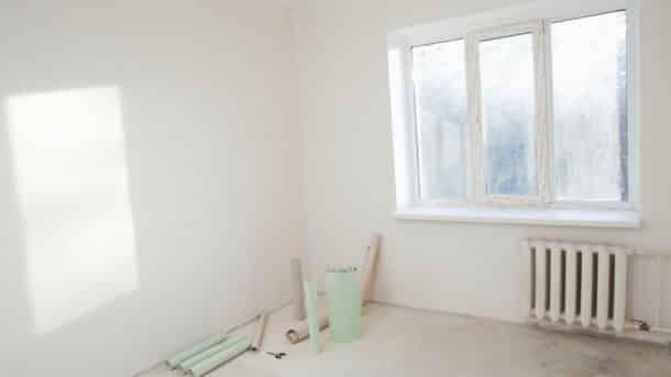 Skal væggen gøres klar til maling, skal der tapetopløser til for at få alt det genstridige, gamle tapet af.
