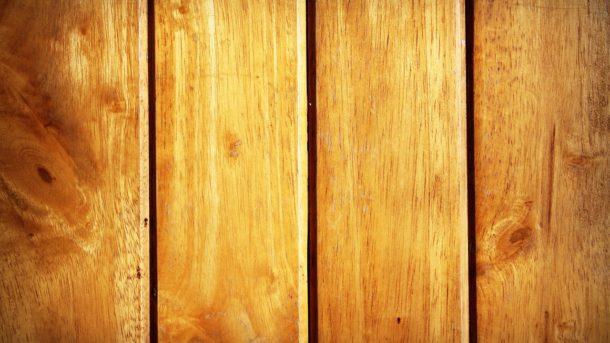 Det forlænger levetiden på træværket betragteligt, hvis du husker at give det en omgang grundingsolie ved hver ny påføring af træbeskyttelse.